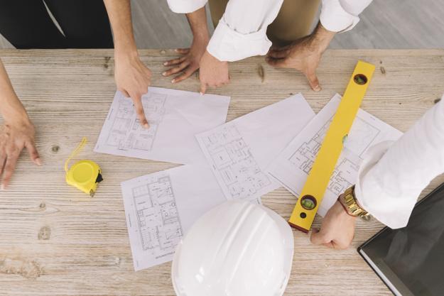 concept-d-ingenierie-avec-des-plans-sur-la-table