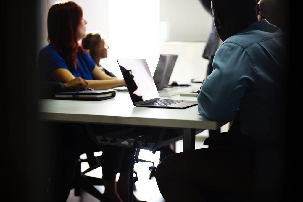 réunion-d-39-équipe-ordinateurs